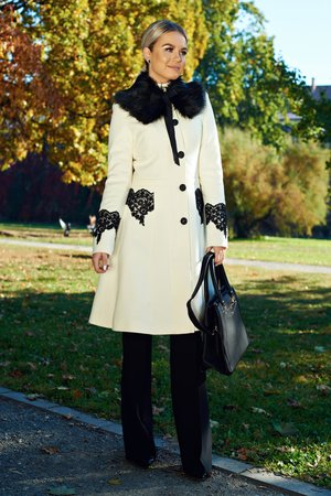 palton alb cu broderie