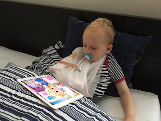 Christkind spielt iPad