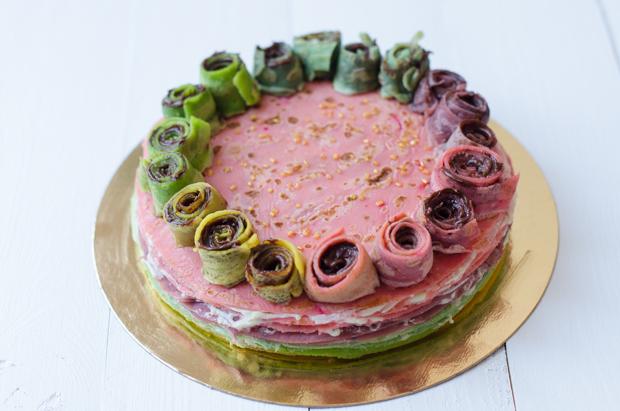 Gâteau de crêpes arc-en-ciel / ganache au chocolat blanc