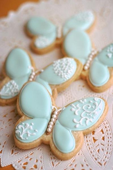 Kue bentuk kupu-kupu ini biasanya terbuat dari biskuit atau kue gula (sugar cookies) yang dihias dengan royal icing dan fondant hingga tampilannya menyerupai kupu-kupu.