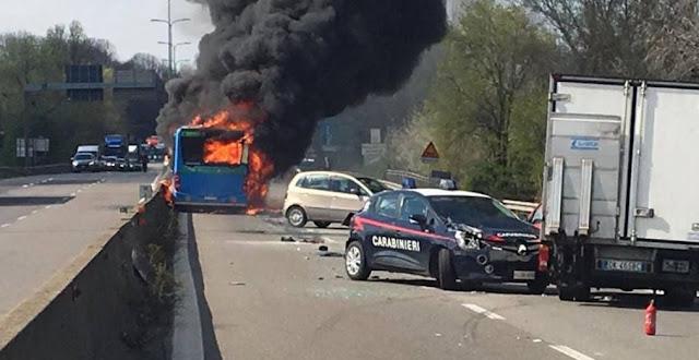 MILÁN, Italia.- El chofer de un autobús secuestró hoy a 51 escolares y sus chaperones, los mantuvo cautivos durante una hora mientras manejaba y luego incendió el vehículo tras detenerse frente a un retén policial, dijeron funcionarios.