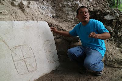 jeroglìficos reveladores hallados en una tumba maya en belice