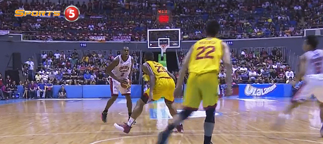 Justin Brownlee and Joel Wright Duel In Manila Classico! (VIDEO)