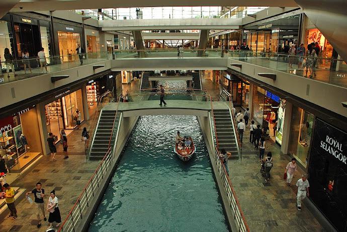 Barcas en el centro comercial del complejo Marina Bay Sands
