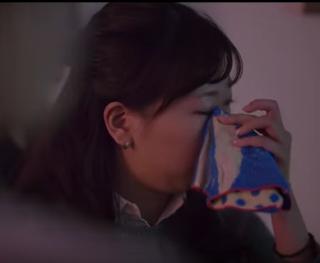 Mujeres en Japón pagan para que un hombre atractivo les limpie las lágrimas.