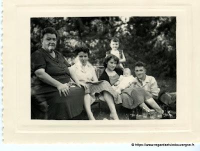 Photo noir et blanc ancienne :  le petit dernier
