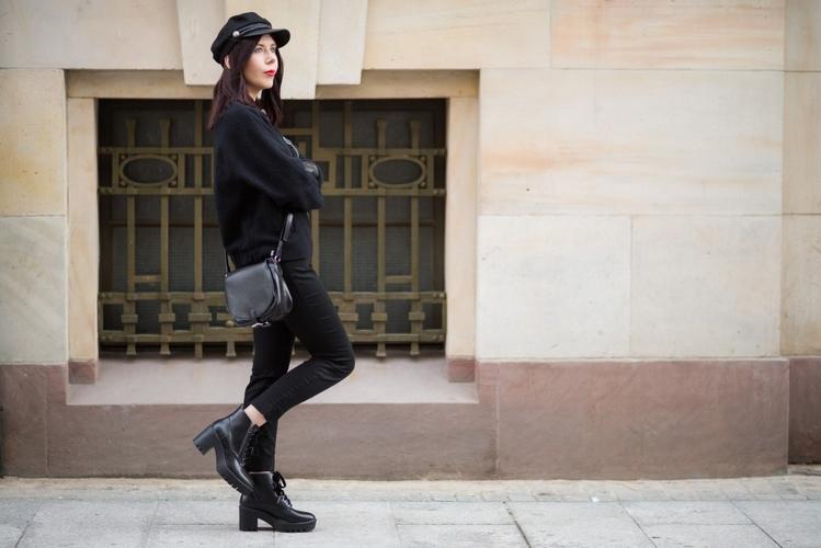 Męski styl w kobiecym wydaniu | styl męski w modzie damskiej | jak nosić kaszkiet | stylizacja z bomberką | stylizacja z kaszkietem | czapka H&M | total black look jak nosić | blog szafiarski | blog modowy | blog o modzie | sesja woonerf Łódź