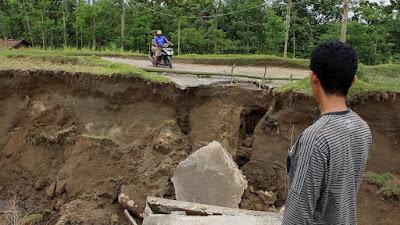 Jembatan Ambruk dan Tanggul Ambrol, Dua Desa Terisolir