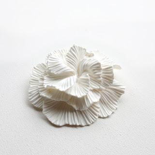 Broche camélia blanc - La Fille du Consul - Atelier Nomade, Bourges