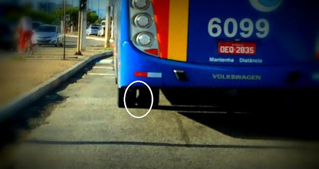 RISCO: Ônibus coletivo é flagrado transitando com pneu danificado