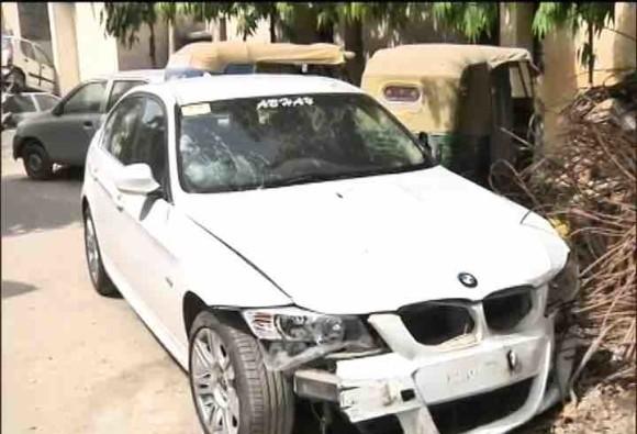 नोएडा में एक तेज रफ्तार BMW कार ने चार लोगों को मारी टक्कर
