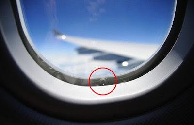 Lubang Kecil Pada Jendela Pesawat