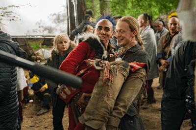 John Bell y uno de los actores Mohawk bromean tras las cámaras de Outlander