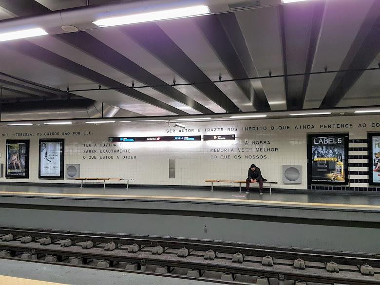 清晨的地鐵月台