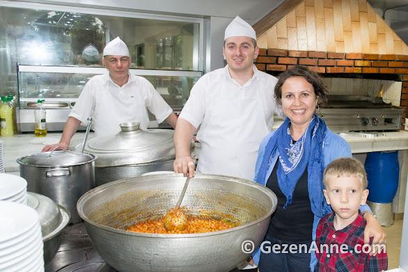 oğlum ve aşçılarla Hüsrev'de kazan başında, Çayeli Rize