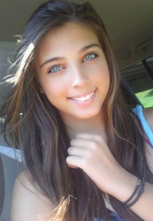 Hermosa chica latina muestra sus tetas y saluda - 1 part 6