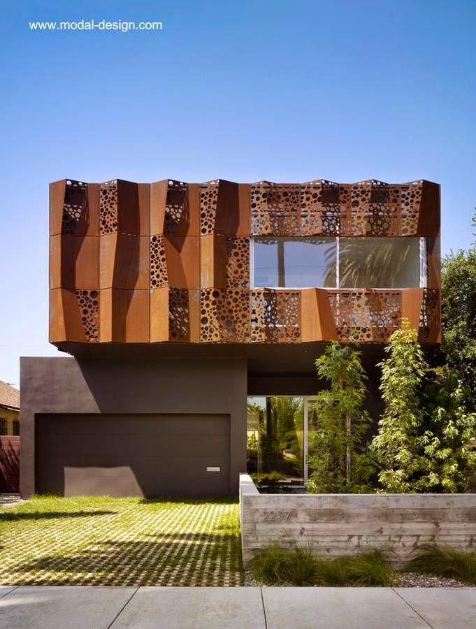 Fachada con metal plegado, calado, y oxidado en Venice, California