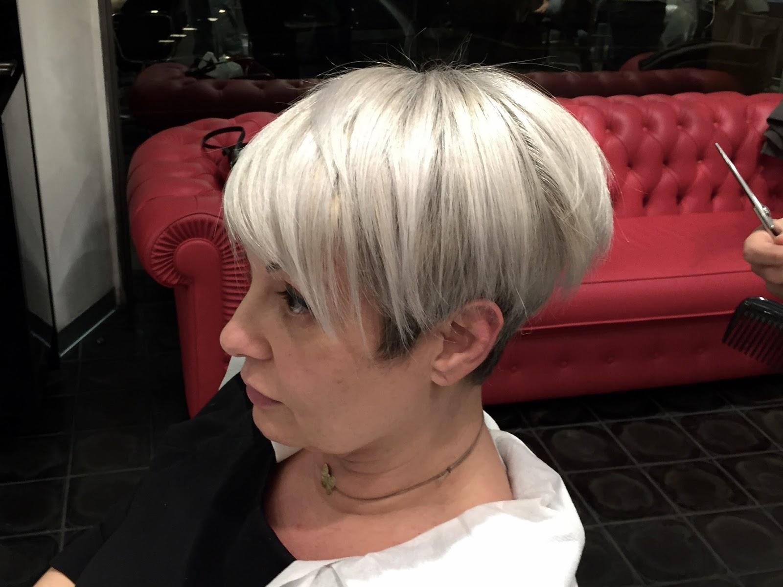Colpi di sole biondi e bianchi – Frangia capelli ce38955fcdb7