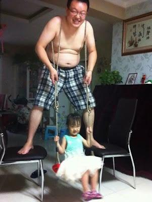 Papá e hija jugando