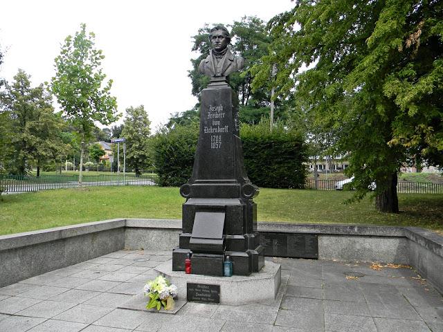 W Nysie jest pomnik popiersie znanego poety romantycznego.