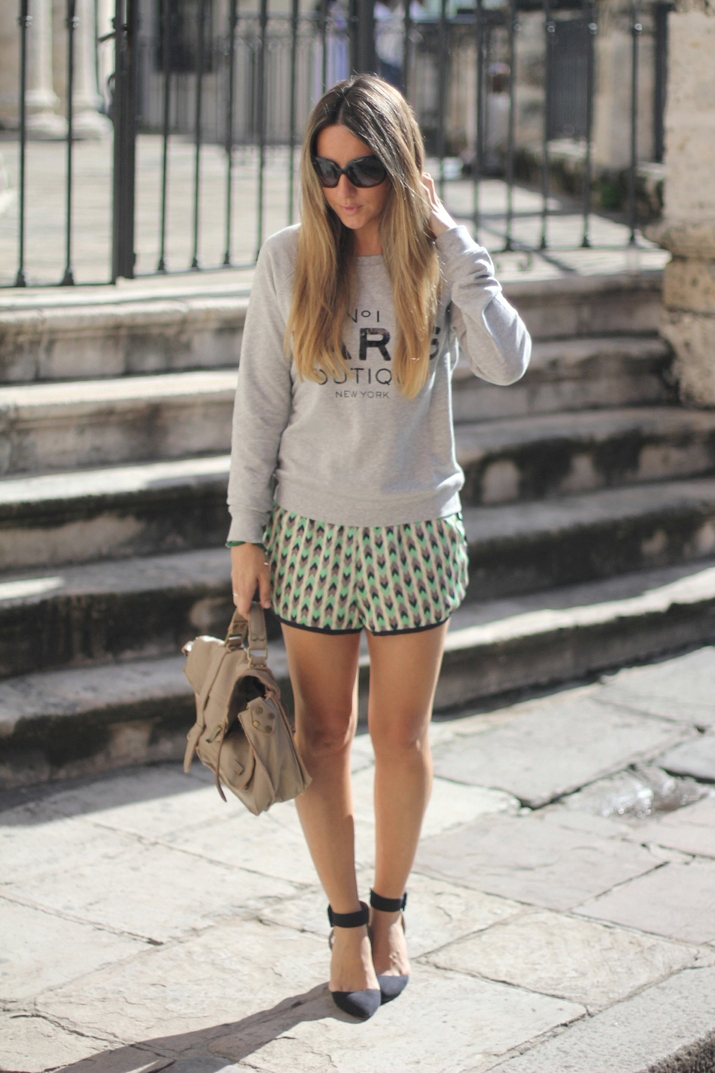 Outfit with sweater and tribal shorts by fashion blogger Mónica Sors