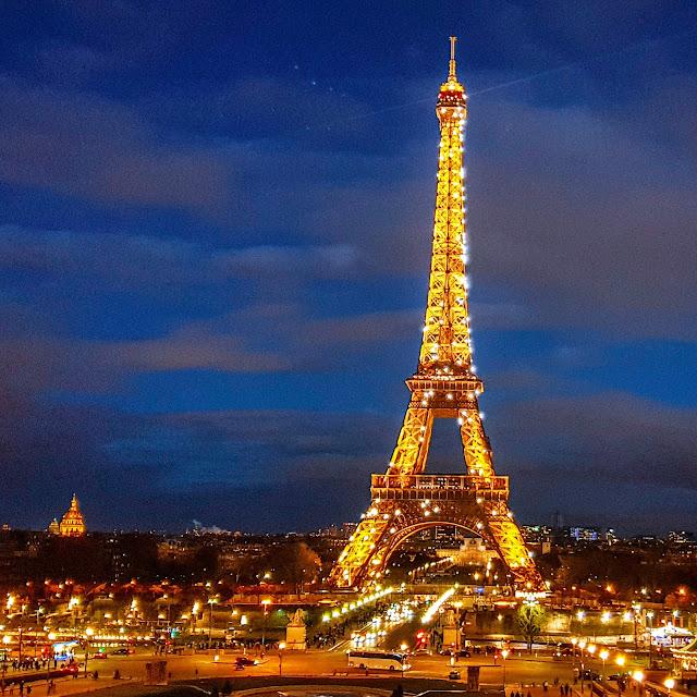 Parigi, Spettacolo serale alla Tour Eiffel. Giochi di luce
