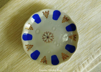 krople oliwy na talerzyku z wodą