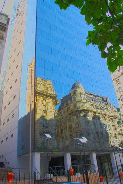 reflejos en edificio vidriado de Buenos Aires,