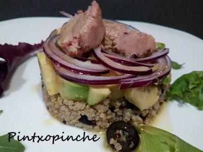 quinoa, aguacate, cebolla, fruta, aceitunas, cacahuetes, salsa