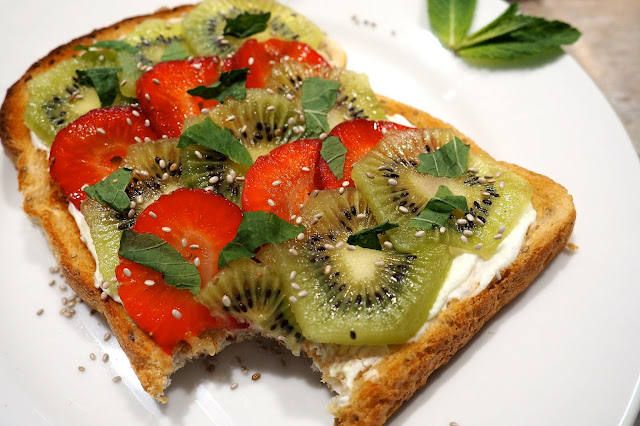 strawberry and kiwi fruit toast