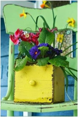 Daur ulang laci bekas jadi vas bunga