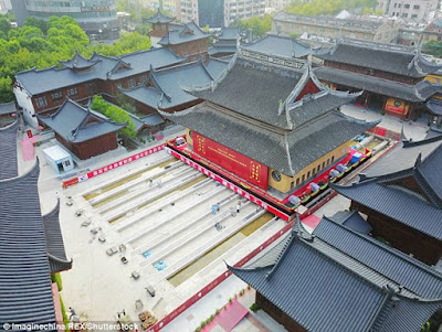 Στην Κίνα μετακίνησαν ιστορικό ναό για να δημιουργηθεί περισσότερος χώρος για τους επισκέπτες