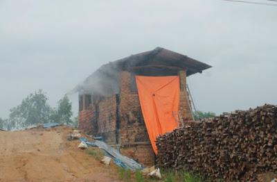 Quảng Ngãi Học sinh ngạt thở vì khói lò gạch thủ công, chính quyền bó tay