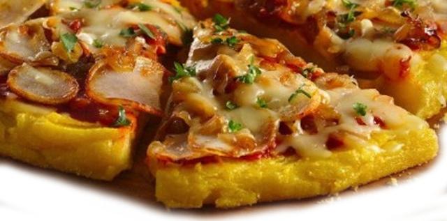 Receta de Pizza de polenta, una receta poco común, aunque es igual de fácil que la pizza convencional, y tiene un sabor delicioso.