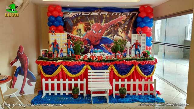 Festa de aniversário infantil - Decoração tema Homem Aranha em mesa tradicional de tecido