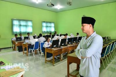 Plt Bupati Nur Arifin Tinjau Pelaksanaan UNBK Tingkat SMP di Trenggalek