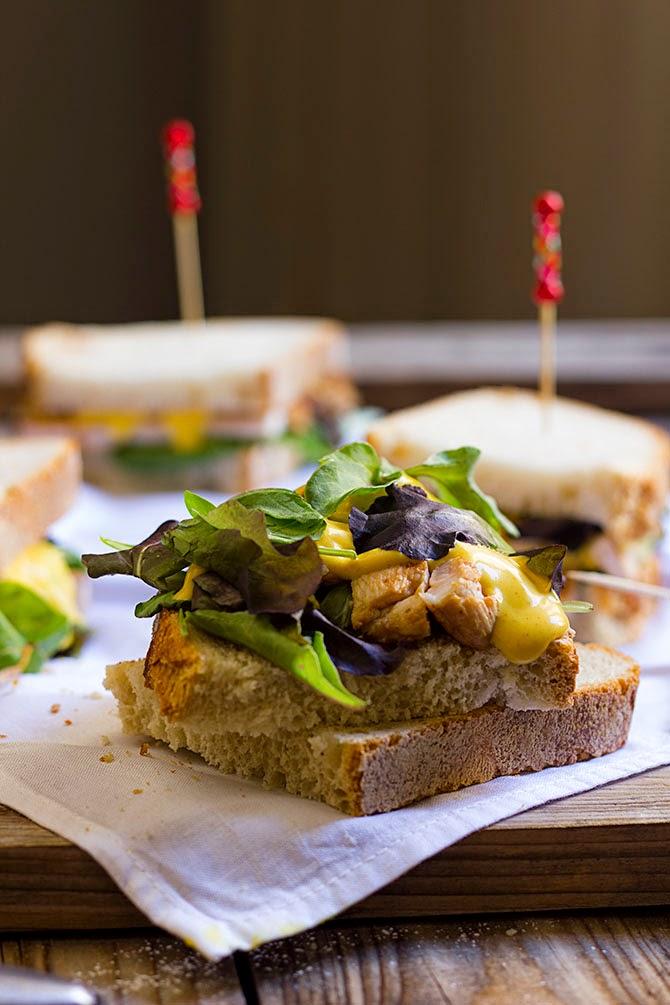 Sandwich  de pollo con salsa de curry y mango