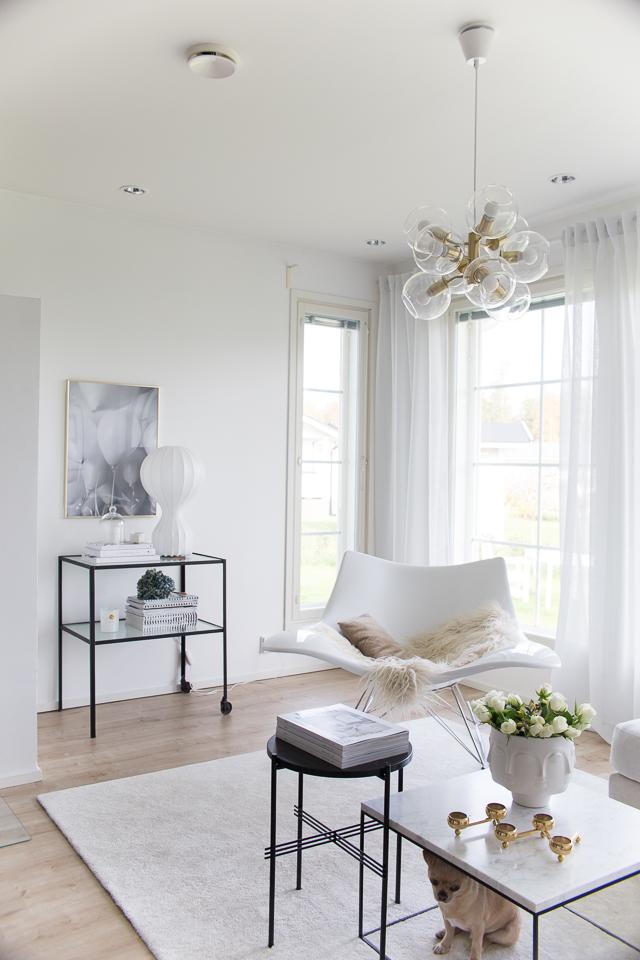 Villa H, stingray keinutuoli, hattaramatto, pholc valaisin, marmoripöytä