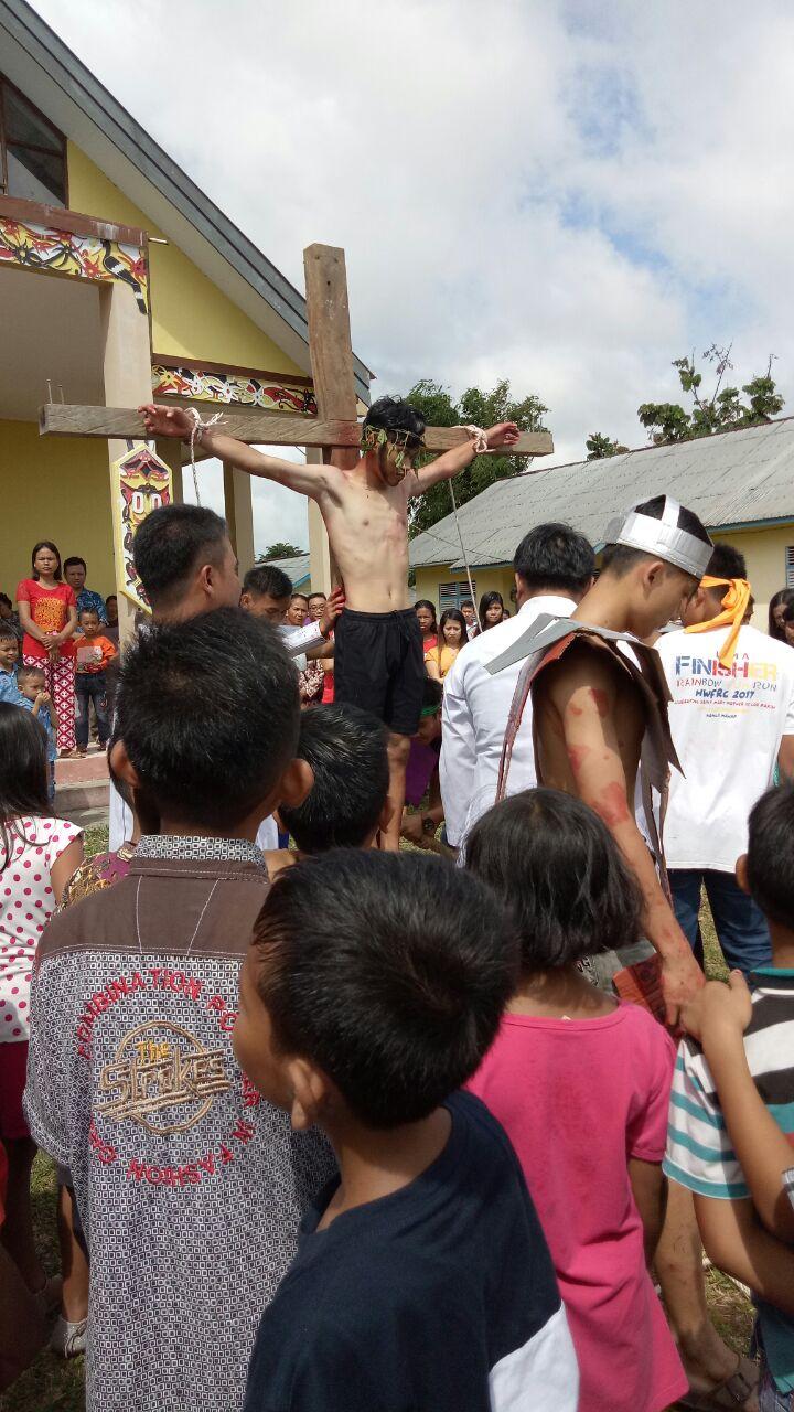 Foto 3: Jumat Agung Gereja Santo Theodorus Kecamatan Nanga Mahap (Yuliani).