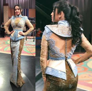 Model Baju Kebaya Dewi Persik Transparan Peplum Artis Cantik Anggun Biru Batik