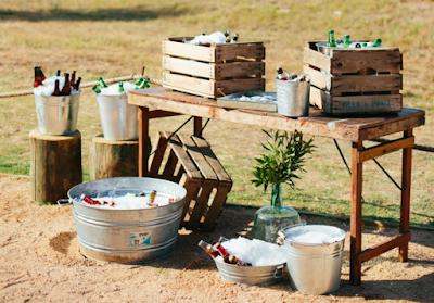 Mesa de refrescos en una boda country-chic al aire libre