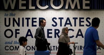 """Una tercera versión de la prohibición de viaje de la administración de Trump fue promulgada el 24 de septiembre incluyendo a seis países de mayoría musulmana y con la novedad de agregar a Venezuela y Corea del Norte """"alegando falencias a la hora de compartir información de seguridad pública y relacionada al terrorismo"""", explicó el abogado y Director de Refugee Freedom Program (RFP), Julio Henríquez, quien estará presente en el Aeropuerto Internacional de Miami hablando con viajeros venezolanos para entender si la medida los afectó."""