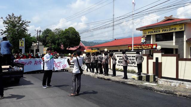 Polwan Berhijab Kawal Demo Ahok di Palopo