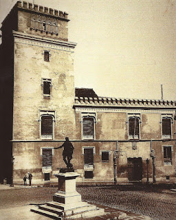 Imagen del edificio revestido de estilo gótico.