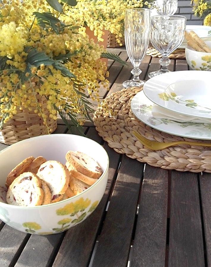 Mesa primaveral con mimosas