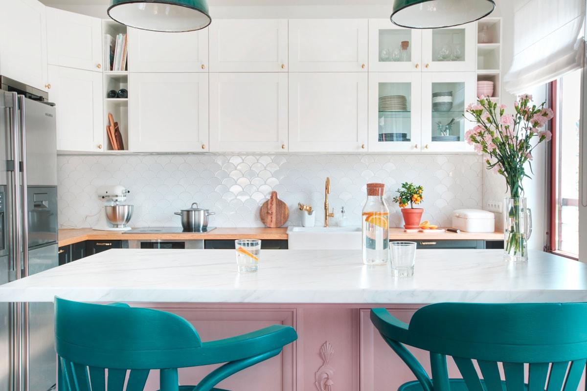 różowa wyspa kuchenna