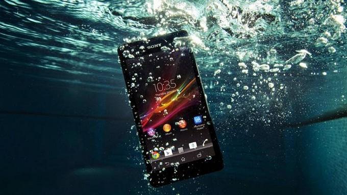 Cara Ampuh Mengatasi Smartphone yang Tercebur ke Dalam Air