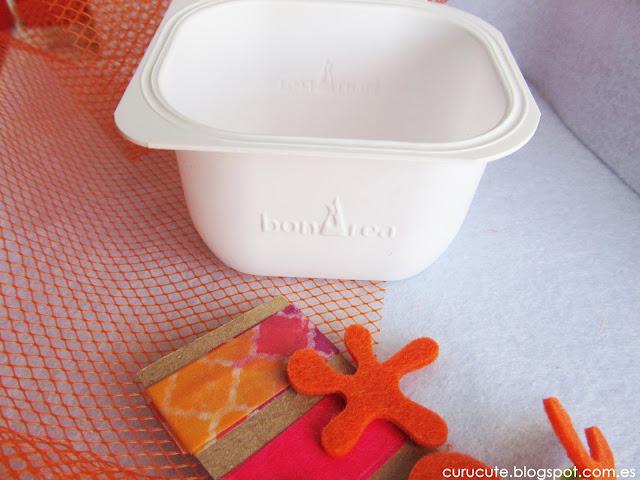 Reciclar envase de yogur con malla de fruta