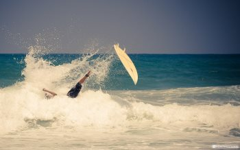 Wallpaper: Surfer fall in the ocean waves