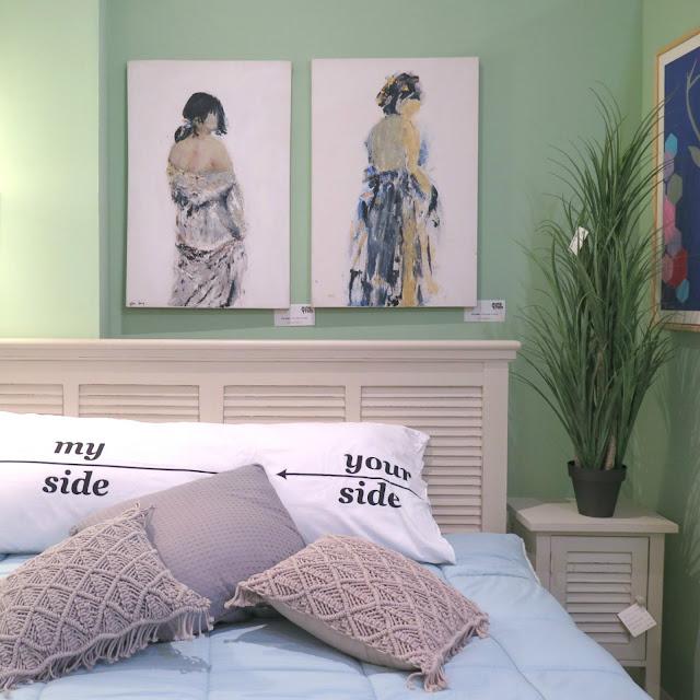 מיטה ותמונות של גלריית חותם בכפר סבא